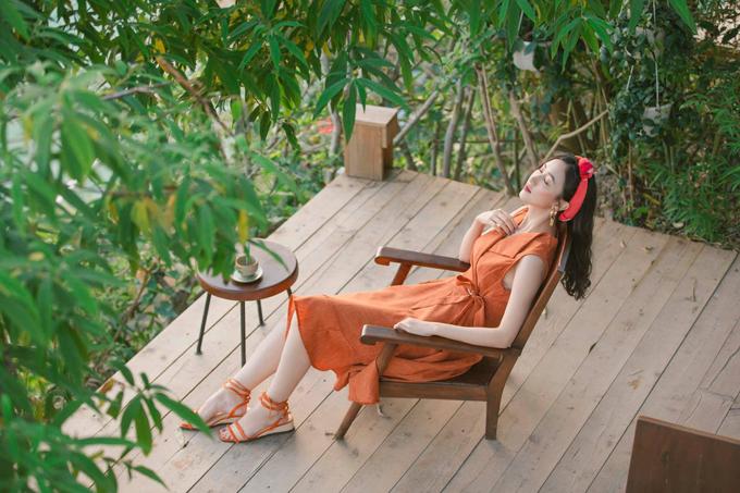 Đầm thắt eo cắt may trên chất liệu vải linen vẫn là món đồ phù hợp với tiết trời mùa này. Nếu thích sự nhẹ nhàng và điệu đà thì phái đẹp có thể chọn cách phối đồ ton-sur-ton như Hà Thu.
