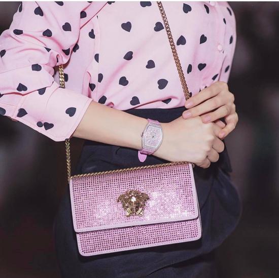 Versace vốn ghi dấu ấn bằng phong cách cá tính và mạnh mẽ, tuy nhiên nữ hoàng hàng hiệu vẫn mua được mẫu túi hồng, trang trí đá lấp lánh.