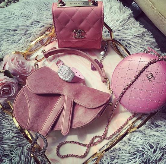 Trong hàng loạt lần khui thùng hàng hiệu, các món đồ sắc hồng phấn, hồng dâu, hồng cam là thứ luôn xuất hiện. Đơn cử như 3 món đồ hot trend như túi Chanel, túi yên ngực Dior và túi Chanel dáng trống.