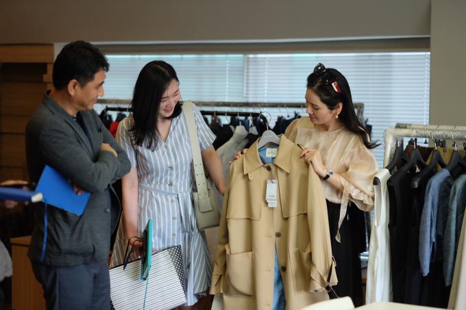 Theo chị, là người làm việc trong lĩnh vực may mặc, sự sáng tạo và đổi mới là điều luôn cần thiết. Mỗi lần sang nước ngoài công tác, Hà Bùihọc hỏi được nhiều bài học và kiến thức không chỉ về chuyên môn thời trang mà còn cả về tư tưởng kinh doanh, đểbắt kịp với xu thế của thời đại. Hàn Quốc được mệnh danh như kinh đô thời trang (sử dụng   trong câu đã có  )của châu Á và đây là thị trường đáng để tôi hợp tác, CEO Sohee chia sẻ.