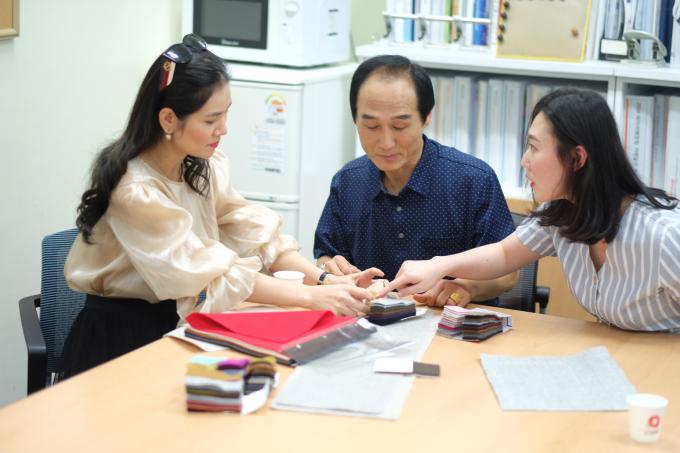 Trong suốt chuyến công tác tại Hàn Quốc, nữ doanh nhân đã có nhiều buổi làm việc với các công ty vải để ký kết hợp đồng. Chị còn tham khảo, nghiên cứu những công nghệ may mặc mới nhất của xứ củ sâm và hy vọng có thể áp dụng vào dây chuyền sản xuất cho Sohee.