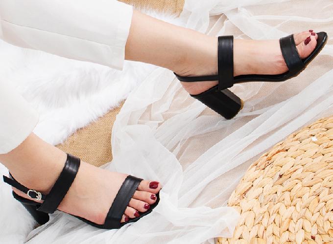 Mẫu giày cao gót block heels Erosska có 5 màu: đen, trắng, nude, vàng bò và đỏ, sandal kiểu quai vắt ngang cổ điển, dây quai chắc chắn giúp chị em di chuyển dễ dàng.