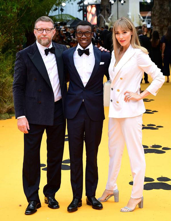 Đạo diễn Guy Ritchie bên vợ trẻ kém 13 tuổi Jacqui và cậu con riêng của anh với nữ hoàng nhạc pop Madonna.