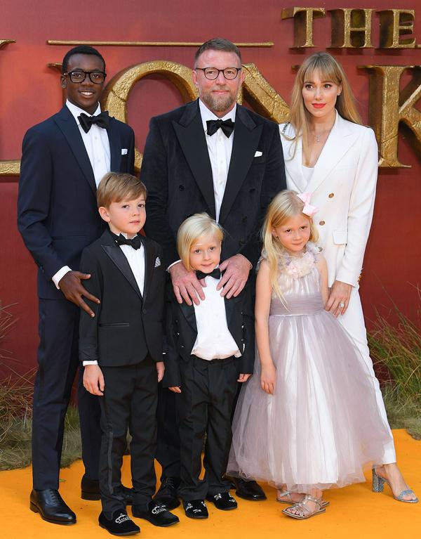 3 nhóc tỳ xinh xắn của Guy Ritchie và vợ hai cũng tới xem phim.
