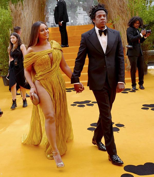 Beyonce được ông xã Jay Z hộ tống tới sự kiện ra mắt phim The Lion King (Vua sư tử) tại quảng trường Leicester ở London chiều chủ nhật.