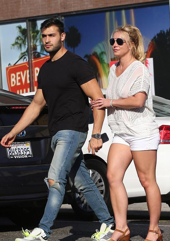Britney Spears ăn vậnđơn giản, tự tin ra phố cùng bạn trai với mốt không bra.