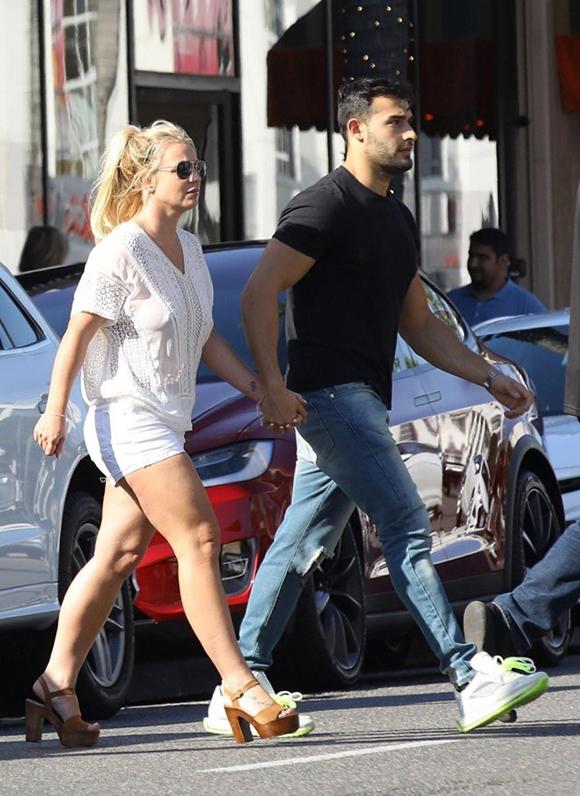 Sam luôn ở bên ngôi sao nhạc pop ủng hộ tinh thần cô trong khoảng thời gian khó khăn từ đầu năm tới nay. Britney từng hoãn tourdiễn ở Las Vegas vô thời hạn để đi điều trị tâm lý. Sau đó, cô lại đau đầu với cuộc chiến ở tòa án để giành quyền tự quyết đối với bản thân sau nhiều năm chịu sự giám hộ của bố. Hiện tại, nữ ca sĩ vẫn chưa quay trở lại công việc mà dành thời gian nghỉ ngơi, thư giãn.