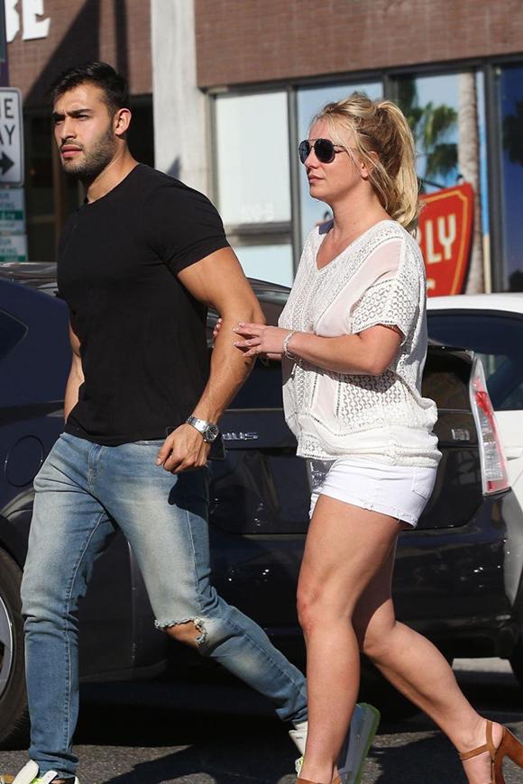 Khác với vẻ gợi cảmvà lộng lẫy trên sân khấu, ngoài đời Britney luôn mặc tuềnh toàng, để mặt mộc, thậm chí kể cảkhi đi hẹn hò với người yêu kém 13 tuổi.