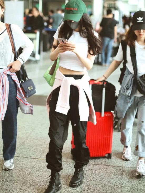 Vài ngày trước, Dương Mịch cũng ra sân bay với phong cách thời trang hầm hố, giúp cô khoe eo thon.