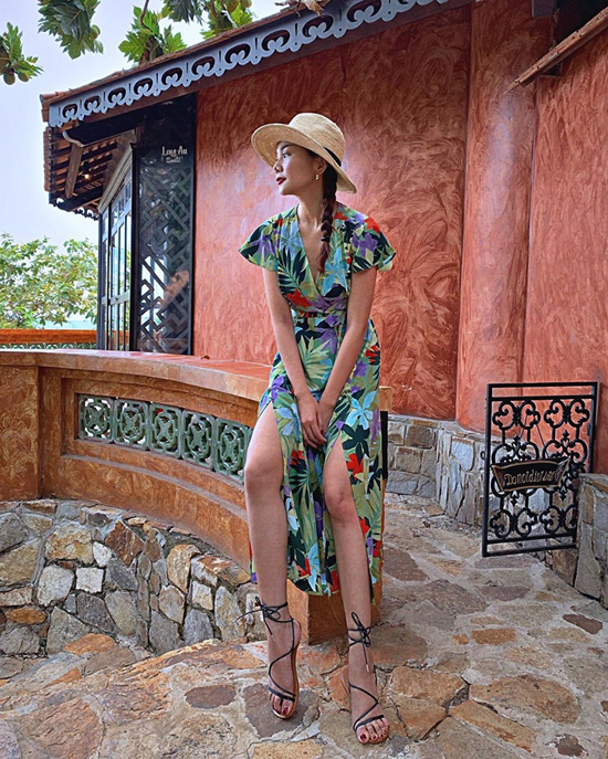 Những bạn gáiyêu trang phục họa tiết và muốn nổi bật khi rong chơi trên phố xá thì có thể chọn váy xẻ của Thanh Hằng. Mũ nan, sandal là những phụ kiện sẽ giúp bạn hoàn thiện set đồ.