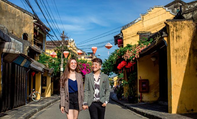 Cặp nhân vật chính của bộ ảnh là đạo diễn chuyển giới Yun Bin (sinh năm 1992) và ca sĩ, diễn viên Dương Tú Tri (sinh năm 1999, đến từ An Giang). Yun Binlà đạo diễn kiêm biên kịch của các web drama triệu view như Trái Cấm, Lần đầu của tôi, Người thứ ba, Bí mật thần tượng... Còn nửa kia của anh là ca sĩ, diễn viên Dương Tú Tri. Cô còn được gọi là hotgirl ca cổ, đạt giải Á quân Solo cùng Bolero năm 2018.