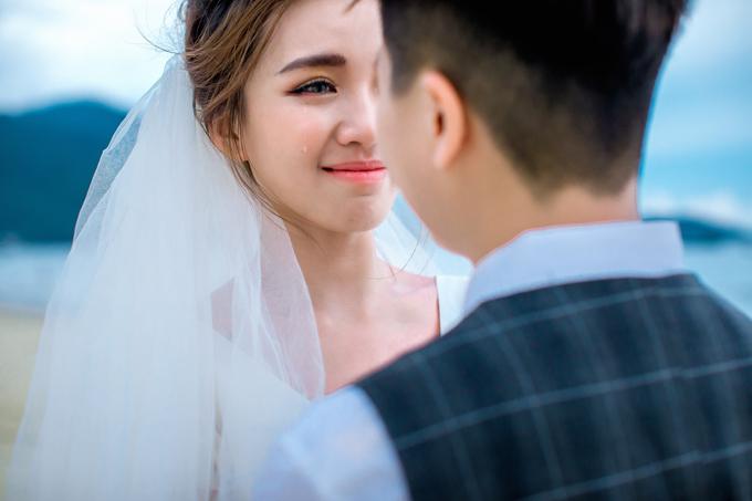 Ở một tấm hình, cô dâu Tú Tri không tránh khỏi xúc động và bật khóc khi sắp được chung đôi với thần tượng của mình.