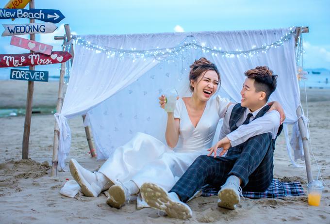 Sau khi nhận ảnh, uyên ương đang phát thiệp cưới tới người thân, bạn bè. Hôn lễ của Yun Bin - Tú Tri sẽ diễn ra trong 3 ngày từ 20-22/7.