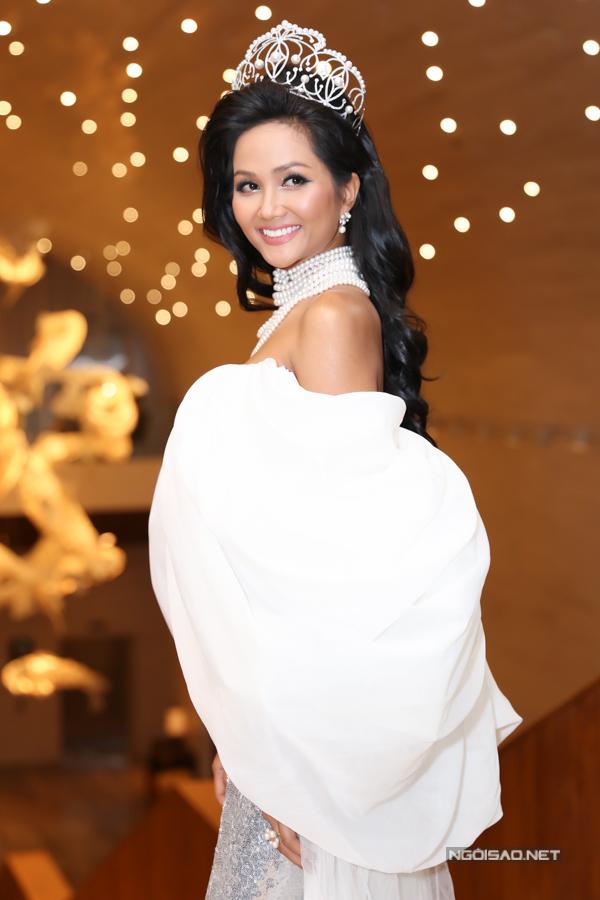 Trong buổi họp báo, ban tổ chức quyết định trao tặng vương miện vĩnh viễn cho HHen Niê để ghi nhận nỡ lực đoạt thành tích top 5 Miss Univerese và đóng góp tích cực cho cộng đồng suốt hai năm qua. Người đẹp bày tỏ niềm hạnh phúc và vinh dự trước món quà đặc biệt này.Trước đó, vương miện này được công bố trao luân lưu cho các thí sinh chiến thắng ngôi vị hoa hậu từ năm 2017 trở đi.Sự kiện chiều 16/7 cũng là lần thứ hai HHen Niê được đội vương miện, sau đêm đăng quang đầu năm 2018. Thời gian qua. cô sử dụng thiết kế phiên bản cho các hoạt động thường ngày để thuận tiện và đảm bảo an toàn.