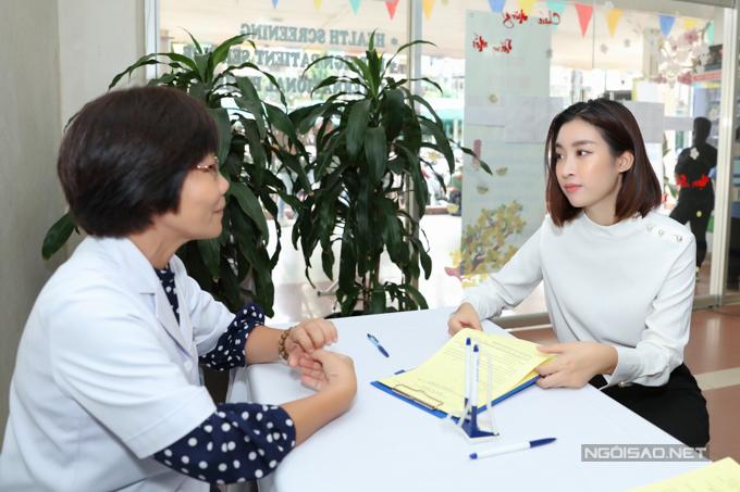 Mỹ Linh chăm chú lắng nghe tư vấn từ bác sĩ bệnh viện Chợ Rẫy.