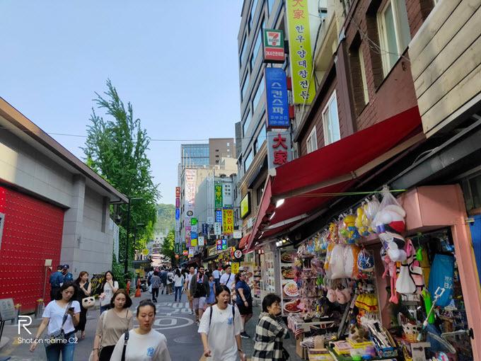 Tối sầm uất: Vào mùa hè ở Hàn Quốc, trời chuyển tối khá muộn. Đến 19h, những tia nắng cuối cùng trong ngày mới tắt hẳn. Từ sau 20h30, du khách được chứng kiến thành phố Seoul lấp lánh ánh đèn xe cộ và các toà nhà. Do đó, hoạt động mua sắm, vui chơi của người dân vẫn diễn ra sôi nổi, đông đúc. Các khu phố tại trung tâm ken đặc người trẻ.
