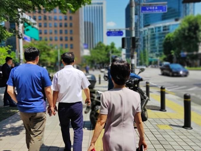 Trưa nhộn nhịp: Sau ba tiếng chìm trong sự êm ả, buổi trưa, thành phố Seoul như bừng lại sức sống. Các con đường đang yên ắng trở nên nhộn nhịp bởi những nhóm dân văn phòng, sinh viên kéo nhau đến các nhà hàng, quán ăn để dùng bữa trưa. Giờ nghỉ trưa kéo dài khoảng một tiếng nên ai cũng gấp rút.