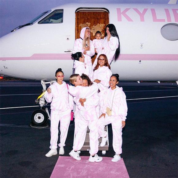 Kylie Jenner chia sẻ khoảnh khắc đẹp và ấm áp bên những người bạn thân trong kỳ nghỉ.