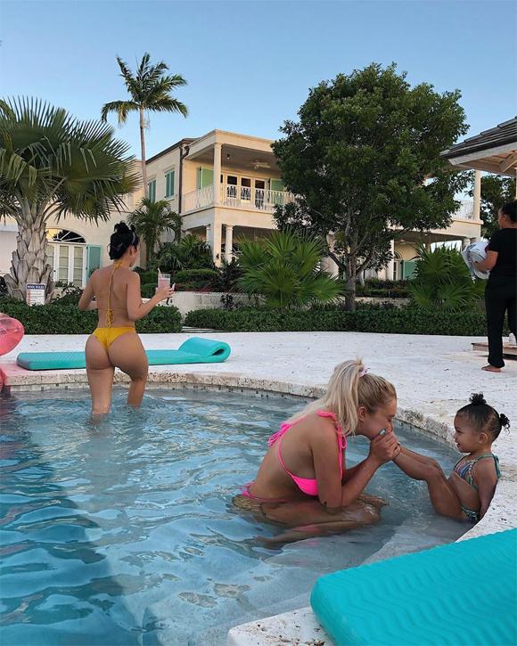 Kylie (mặc bikini vàng) mang theo con gái Stormi (bên phải) đi cùng trong chuyến du lịch. Là một doanh nhân bận rộn nhưng Kylie luôn cố gắng dành thời gian cho con và cân bằng cuộc sống của chính mình.