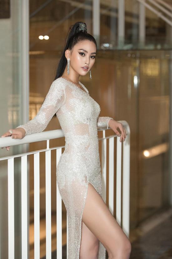 Váy xẻ cao gần như gắn liền với hình ảnh của Tiểu Vy tại các thảm đỏ thời trang, sự kiện giải trí được tổ chức hoành tráng.
