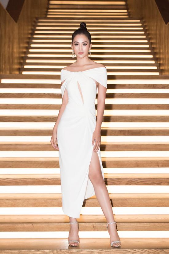 Khi sử dụng các dáng váy hiện đại, Tiểu Vy cũng ưu tiên đầm xẻ cao để khoe lợi thế hình thể.
