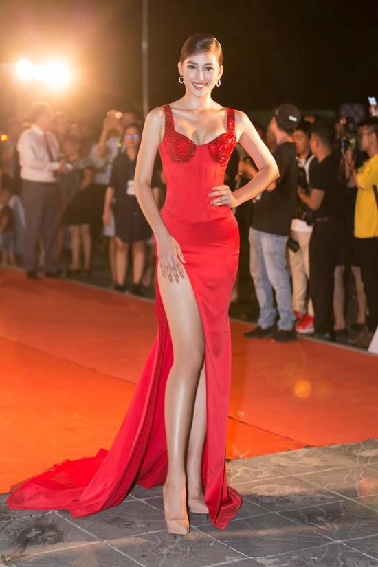Theo đuổi phong cách sexy trên thảm đỏ, Tiểu Vy nhận được nhiều đánh giá tích cực từ các nhà mốt, giới chuyên môn và khán giả hâm mộ.