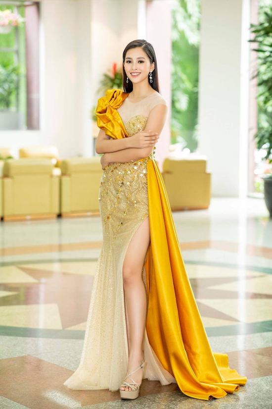 Những bộ cánh lộng lẫy được tạo khối bắt mắt và trang trí vạt xài cũng được Tiểu Vy lựa chọn. Tuy nhiên dù có cầu kỳ đến mấy thì trang phục của người đẹp cũng không thể thiếu điểm nhấn cut-out phần chân váy.