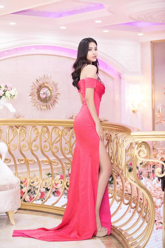 Đầm đi tiệc khai thác khoảng hở luôn được lựa chọn một cách kỹ lưỡng để hoa hậu tôn nét sexy nhưng vẫn giữ được hình ảnh thanh lịch.