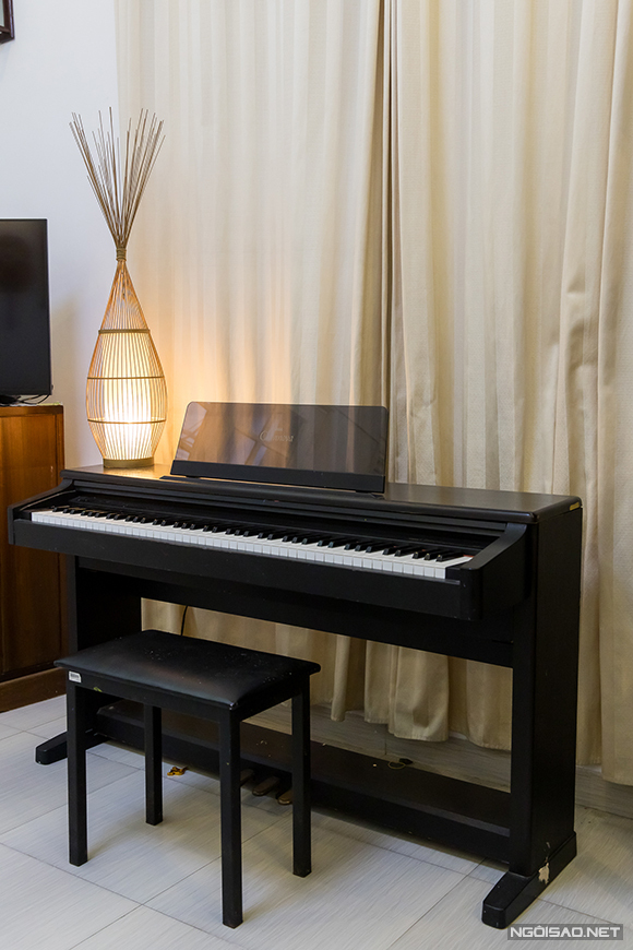 Đàn dương cầm được đặt ở vị trí trang trạng trong ngôi nhà. Nữ ca sĩ thỉnh thoảng tập bài, luyện thanh tại đây.