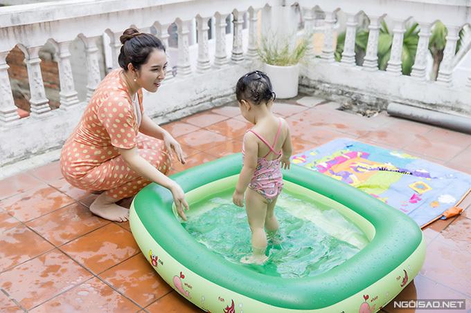 Khoảng không rộng lớn của tầng 4 được vợ chồng Bảo Trâm dùng làm chỗ chơi cho con gái. Vào mùa hè, mỗi lần đi học về, bé Kem đều thích thú vì được bố mẹ cho nghịch nước thỏa thích ở chiếc bể bơi phao nhiều màu sắc.
