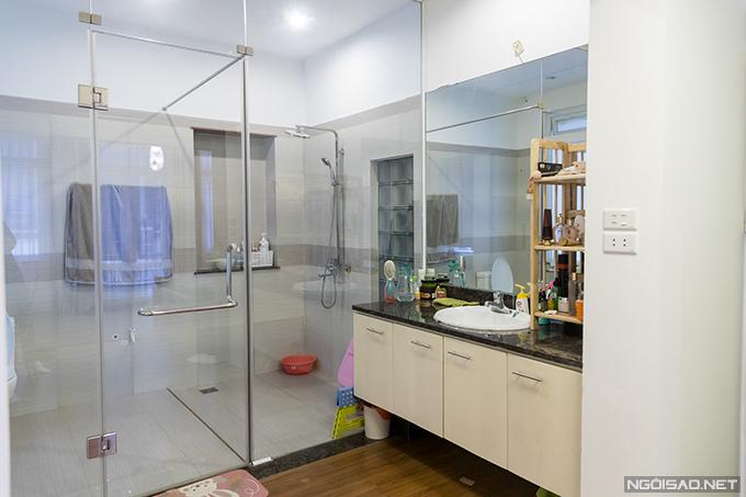 Phòng tắm lớn được ngăn cách bằng cửa kính với phòng ngủ.