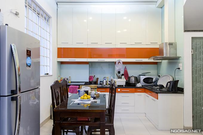 Không gian bếp thông với phòng khách giúp Bảo Trâm có thể vừa nấu nướng vừa trông con mỗi khi chồng vắng nhà.