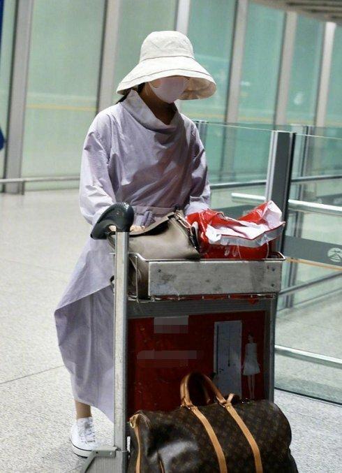 Lệ Dĩnh tại sân bay hôm 15/7.