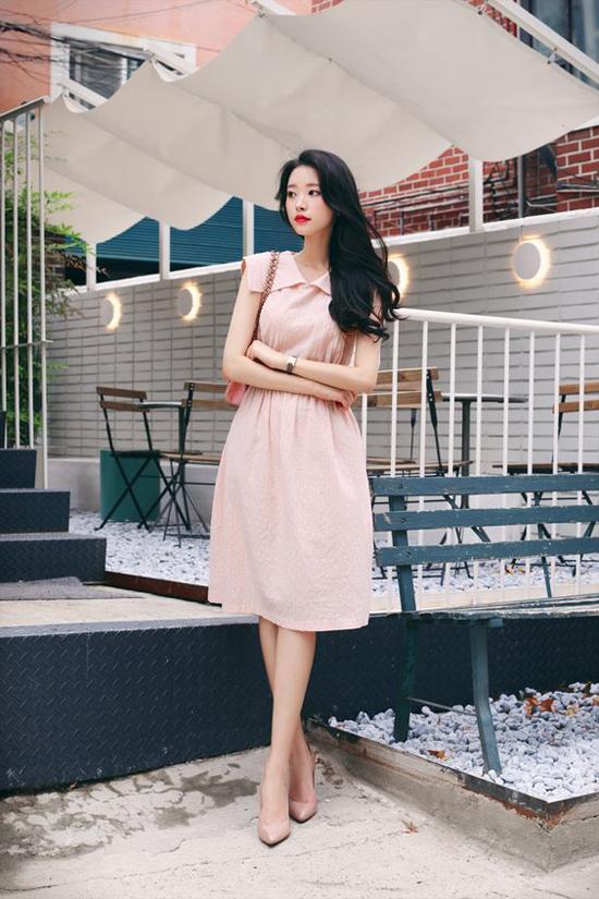 Ngoài việc chọn váy áo phù hợp với vóc dáng, cách sử dụng những tông màu để tôn làn da trắng cũng được phái đẹp công sở quân tâm.