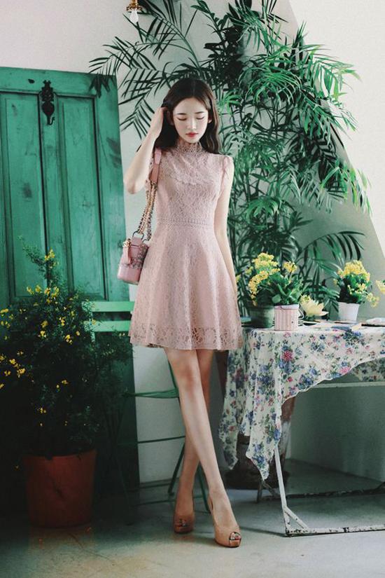Váy ren dáng ngắn vẫn là trang phục phổ biến nhất. Bởi nó dễ ứng dụng và nhanh chóng khiến phái đẹp gợi cảm hơn khi đi làm.