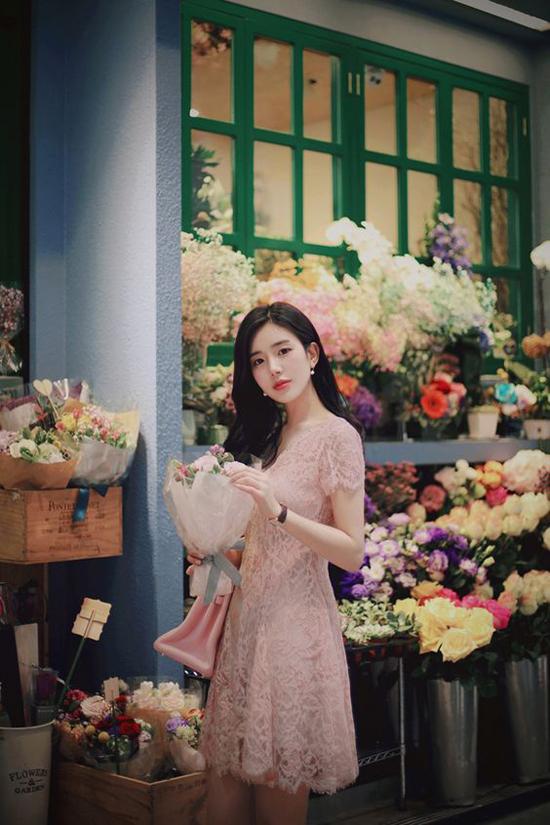 Váy hồng nude được thể hiện trên nhiều chất liệu như lụa, ren, chiffon, cotton giúp phái đẹp thoải mái chọn đồ đi làm.
