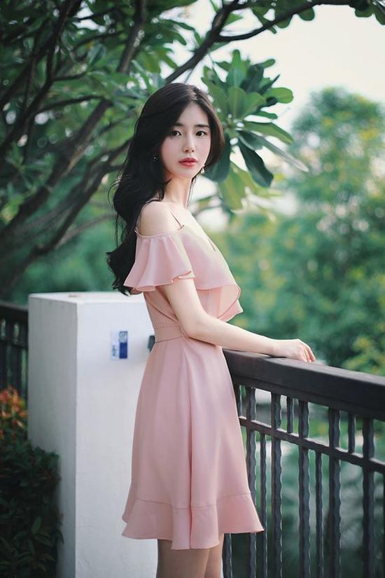 Khi đi dạo phố, váy hồng nude được khai thác ở khía cạnh gợi cảm hơn với các mẫu đầm hai dây, váy trễ vai, váy rớt vai.