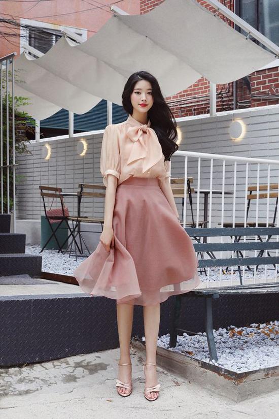 Khi màu hồng nude được kết hợp với các chất liệu mềm mỏng, xuyên thấu lại càng tôn nét mảnh mai cho phái đẹp.