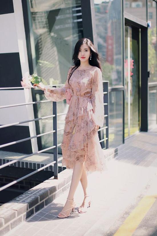 Vải hồng nude còn được tô điểm họa tiết hoa lá nhẹ nhàng để làm phong phú tủ đồ cho phái đẹp.