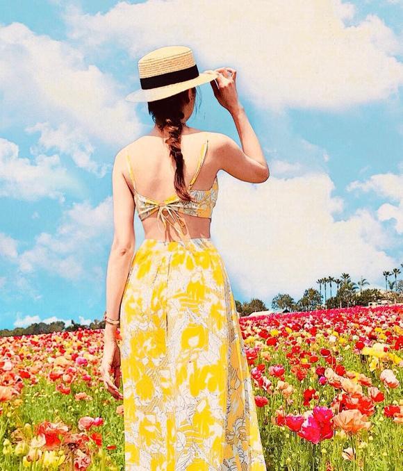 Chi tiết thắt nơ, buộc dây sau lưng cũng là xu hướng hot dành cho các chuyến du lịch ngập nắng.