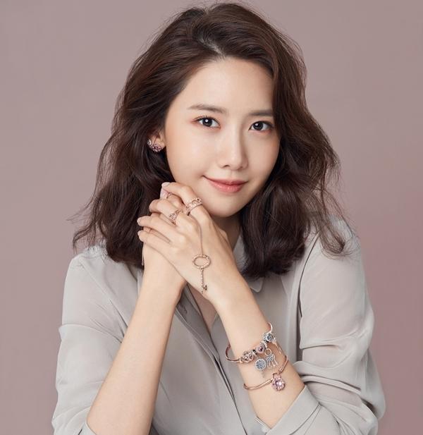 Bổ sung độ ẩm cho da bằng cách đắp mặt nạ giấy là thói quen của nhiều phụ nữ Hàn, trong đó có Yoona.