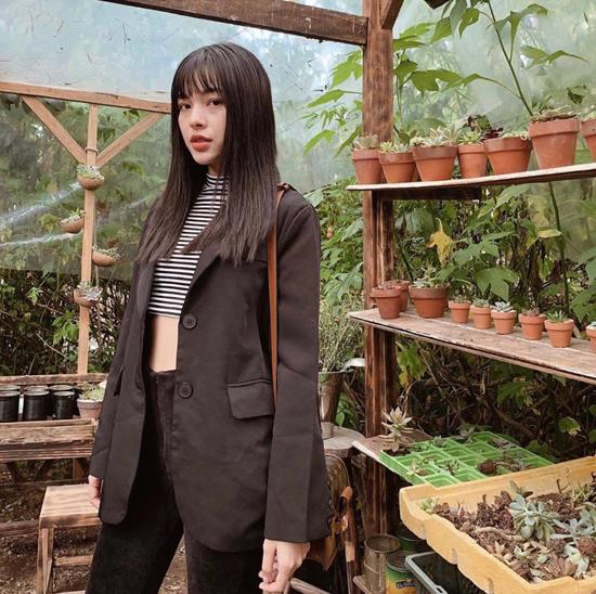 Phong cách diện vest của Tú Hảo lại dành riêng cho những cô nàng cá tính. Bởi những set đồ của cô gái này luôn chứa đựng sự phá cách.