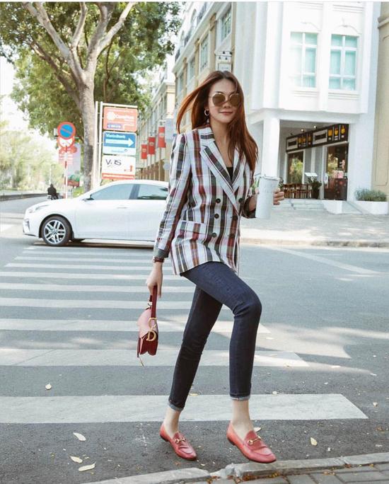 Bên cạnh việc diện áo vest dáng rộng cùng jeans mang hơi hướng nam tính, Thanh Hằng còn khéo chọn các dáng áo hài hòa với quần skinny.