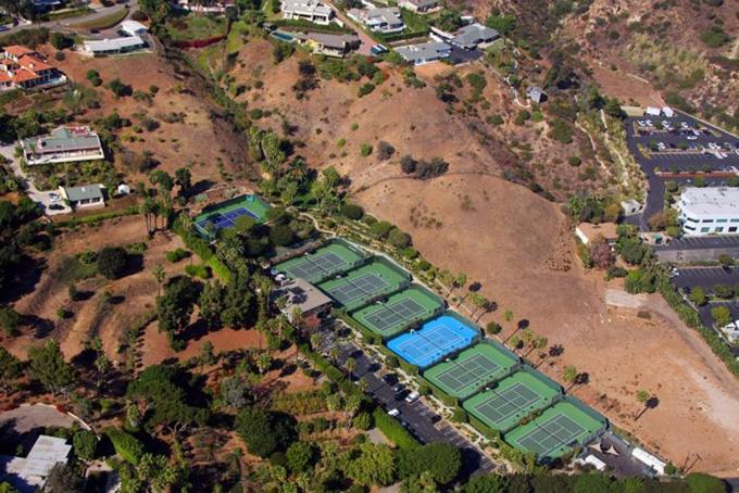 Tỷ phú công nghệ Ellison cho biết ông là rất yêu thích quần vợt. Vì vậy ông đã chi 6,9 triệu USD mua lại Câu lạc bộ quần vợt Malibu vào năm 2007. Năm 2009, ông tiếp tục mua lại Indian Wells Tennis Garden, nơi diễn ra giải đấu quần vợt chuyên nghiệp BNP Paribas mở rộng. Kể từ khi mua bất động sản và quyền tổ chức giải đấu với giá 100 triệu USD, tỷ phú đã không tiếc tiền cải tạo sân vận động lớn hơn và nhiều chỗ hơn cho khán giả. Ngoài ra, ông cũng chi42,9 triệu USD vào năm 2011 để sở hữu một câu lạc bộ golf tư nhân rộng 101 hecta tại thành phố Rancho Mirage, California.