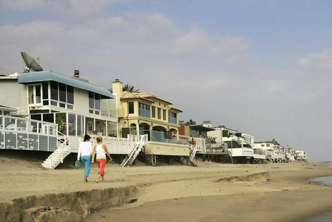 Tỷ phú công nghệ nàysở hữu tới hai chục bất động sản ở thành phố biển Malibu, California, trong đó có ít nhất 10 bất động sản trên bãi biển tỷ phú Carbon. Tổng số tiền ông chi ra để sở hữu các bất động sản ở Malibu ước tính khoảng 200-250 triệu USD.