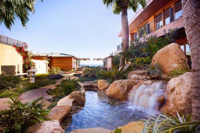 Năm 2007, Ellison đã mua khách sạn Casa Malibu Inn bên bờ biển Malibu với giá 20 triệu USD, sau đó ông cải tạo thành một khách sạn phong cáchNhật với tên gọi Nobu OS Malibu, khai trương vào tháng 4/2017 với giá lên đến 2300 USD/đêm.