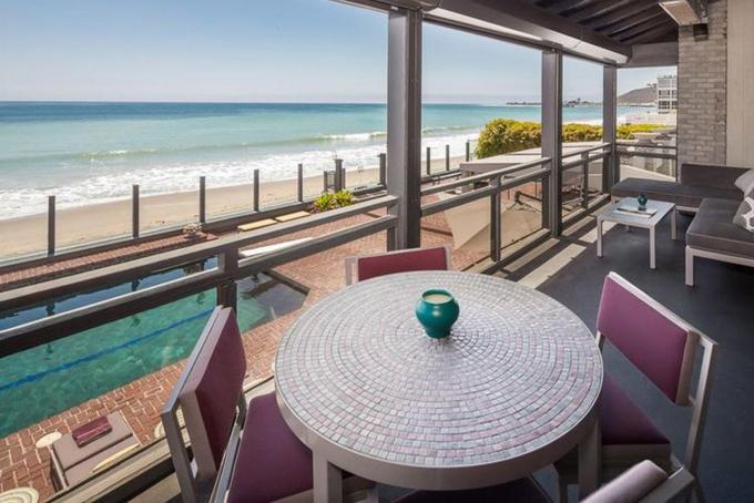 Năm 2018, Ellison bỏ ra38 triệu USD để mua mộtbất động sản bên bờ biển ở Malibu từ nhà sản xuất phim Joel Silver. Ngôi nhà có 7phòng ngủ và 8phòng tắm và một nhà khách riêng biệt với 2 phòng ngủ và 2phòng tắm.
