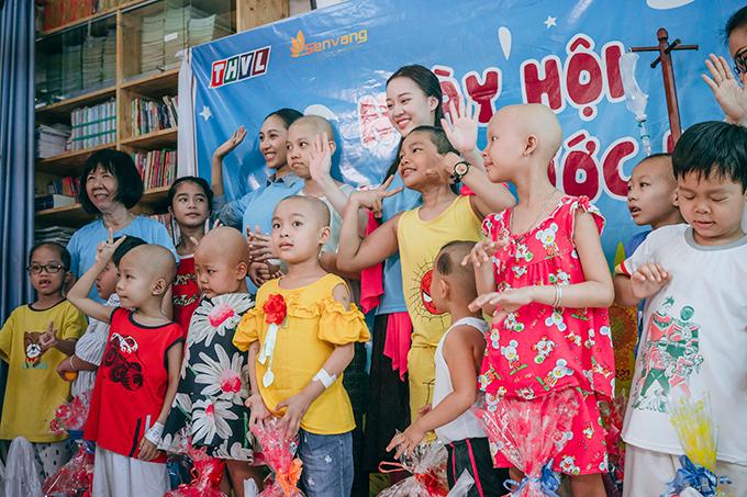 Các người đẹp tổ chức tiệc liên hoan và tặng quàcho bệnh nhi.