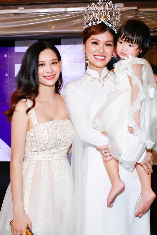 Em gái Oanh Yến tên Thi Hồ, sở hữu nhan sắc khả ái. Cô không gia nhập showbiz mà làm việc ở một công ty du lịch.