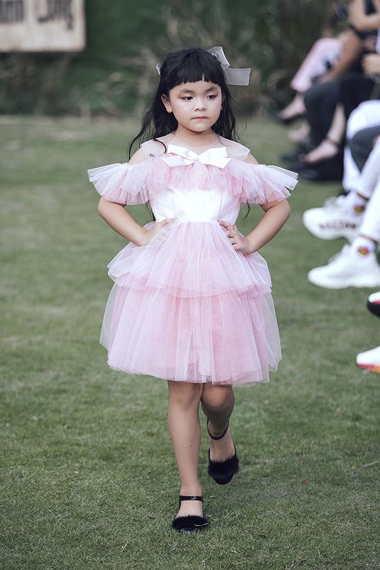 Mở màn cho chương trình, nhà thiết kế Nguyễn Minh Công giúp dàn mẫu nhí xinh xắn như những nàng công chúa với váy hồng dễ thương.